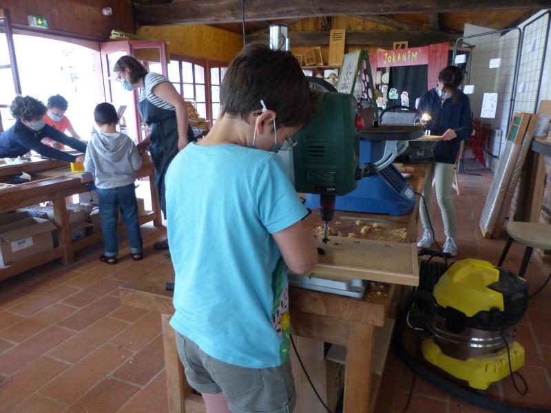 groupe d'enfant qui fabriquent des jeux en bois