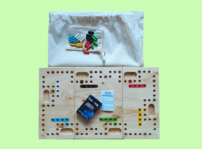 jeu tac-tik composé du plateau en bois, cartes, pions et sac de rangement en tissu